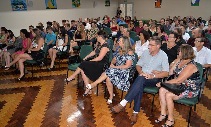 Jovens estudantes recebem certificados pelo Programa Aprendiz Cooperativo