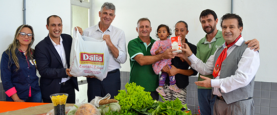 Dois mil litros de leite Dália incrementam cestas do PAA em Charqueadas