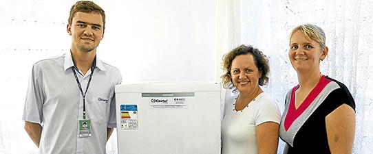 Certel continua substituição de lâmpadas e refrigeradores em escolas