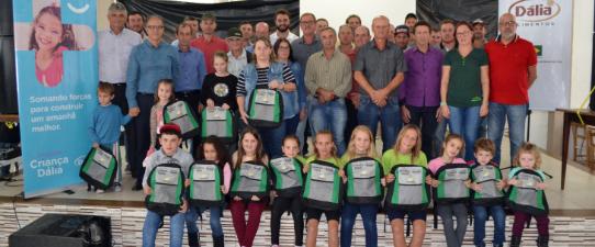 Criança Dália entrega 200 kits escolares no município de Marques de Souza