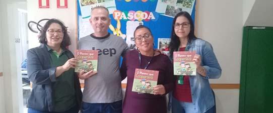 Sescoop/RS realiza doação de livros sobre cooperação