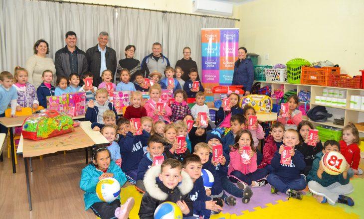 Escolas de Arroio do Meio recebem doações do Programa Criança Dália