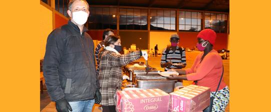Dália doa refeição e leite a famílias desabrigadas